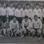 1964-Mužstvo Hostivaře před závěrečným utkáním Thanet Hockey Festivalu. Polda Navara - stojící druhý zprava